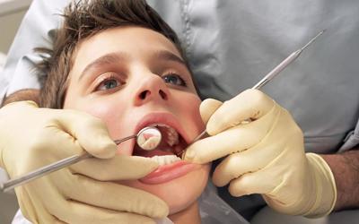 Врач аккуратно уберет скопившиеся зубные отложения - Стоматология Линия Улыбки