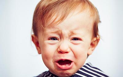 Малыш плачет жалуется на боль - Стоматология Линия Улыбки