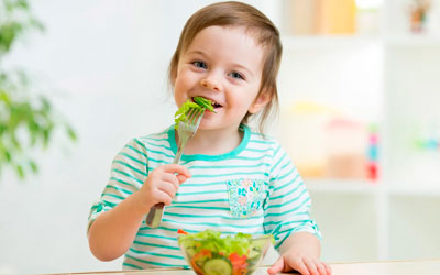 Ребенок кушает после терапии - Стоматология Линия Улыбки