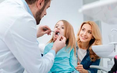 Ребенок с родителями у стоматолога - Стоматология Линия Улыбки